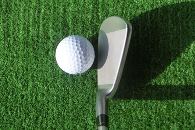 新製品レポート 本間ゴルフ ツアーワールド TW717 レディス アイアン クラブのデザインは究極にシンプル。この小ぶりなヘッドが強弾道を生む。