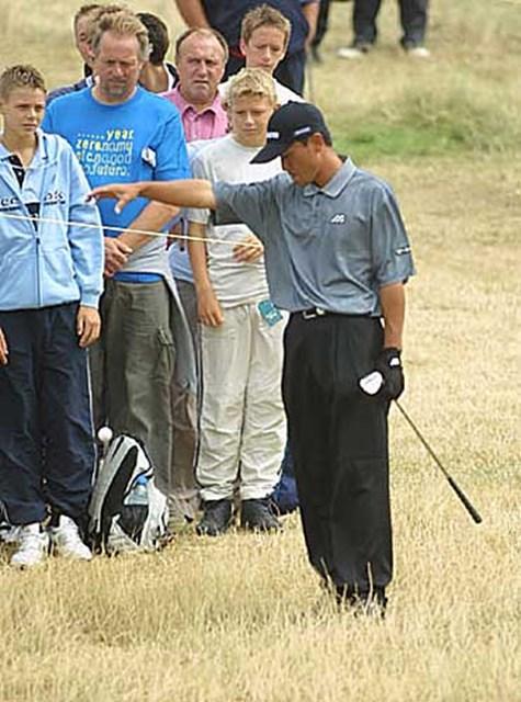 2003年 全英オープン 2日目 佐藤信人 佐藤信人がドロップしたボールは・・・。ギャラリーも心配そうに見つめる(写真/BEYONDSHIP)