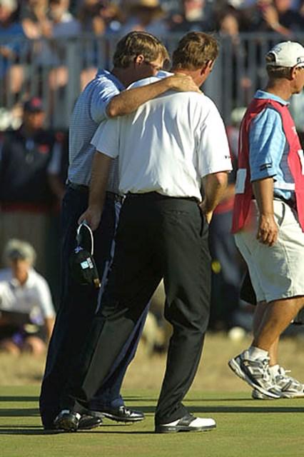 2003年 全英オープン 最終日 D.ラブIII T.ビヨーン 惜しくも優勝を逃してしまったD.ラブIIIとT.ビヨーンが18番グリーン上で健闘を称えあう(写真/BEYONDSHIP)