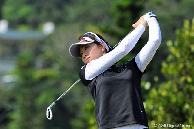2013年 ダイキンオーキッドレディスゴルフトーナメント 初日 森田理香子 飛距離の出る森田はパー5でもアイアンでグリーンを狙えるホールがある