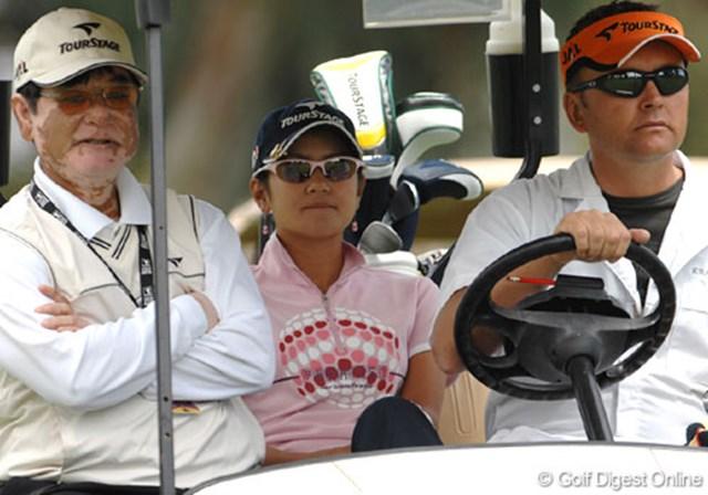 2007年 クラフトナビスコチャンピオンシップ 事前情報 宮里藍 スイングチェックのため会場入りした父・優さん(左)と宮里藍(中央)