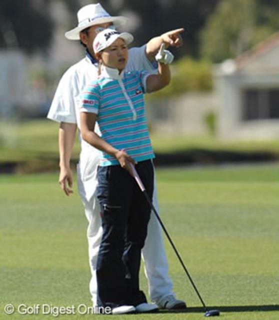 2007年 クラフトナビスコチャンピオンシップ 2日目 横峯さくら 同じ格好で打球方向を指し示す横峯さくらと父・良郎氏。いかにも親子らしい一面だ