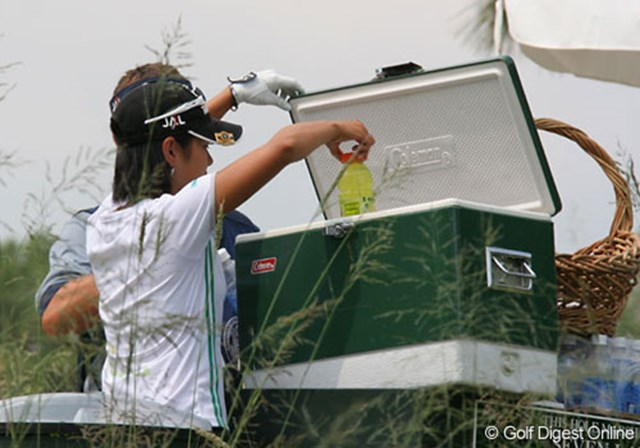 2007年 全米女子オープン 事前情報 宮里藍 連日の暑さと湿気で水分補給は欠かせない。宮里藍もドリンクを調達する