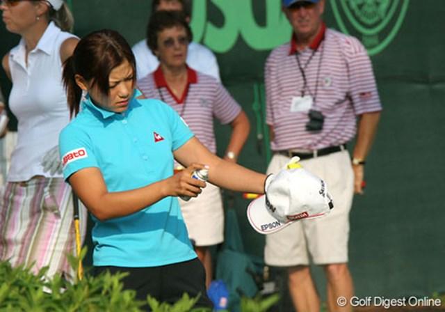 2007年 全米女子オープン 初日 横峯さくら 念入りに帽子にも虫除けスプレーをかける横峯さくら
