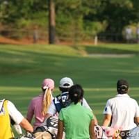 セカンド地点に向かう、ポーラ・クリーマー、金美賢、ミーガン・フランセラ 2007年 全米女子オープン 2日目 ポーラ・クリーマー 金美賢 ミーガン・フランセラ