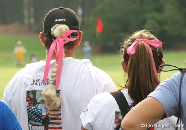 2007年 全米女子オープン 3日目 ナタリー・ガルビスファン 左は男性!?ナタリー・ガルビスファンがピンクのリボンを頭に巻いて観戦