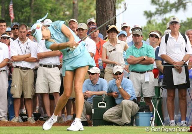 2007年 全米女子オープン 3日目 ナタリー・ガルビス ギャラリーの視線はナタリー・ガルビスのボールではなく、フォームに釘付け!?