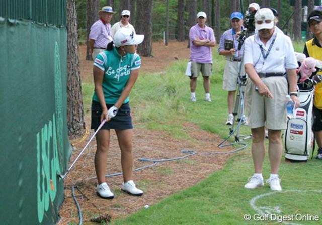 2007年 全米女子オープン 最終日 横峯さくら 「スイングして障害物に当たるなら、ドロップゾーンを使いなさい」。英語の指示を一生懸命に聞く横峯さくら