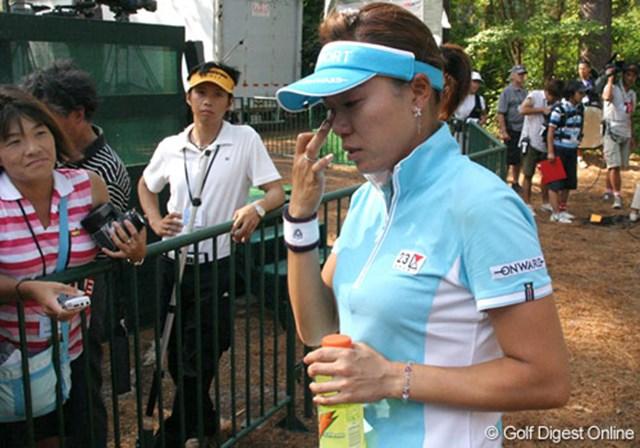 2007年 全米女子オープン 最終日 大山志保 記者達に囲まれても、大山の涙は止まらない。この悔しさをバネにしたい