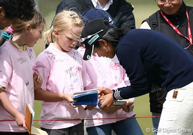 2007年 全英リコー女子オープン 事前情報 宮里藍 プロアマのラウンド中、小さな子供たちに呼び止められた宮里藍は、ロープ際まで歩み寄り1人1人丁寧にサインをした