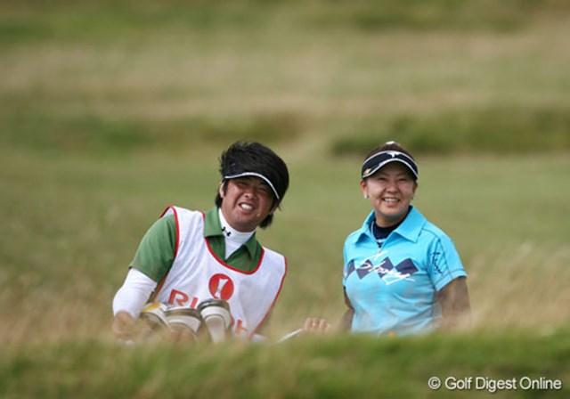 2007年 全英リコー女子オープン 初日 佐伯三貴 笑顔も飛び出す佐伯三貴とキャディ兼コーチの坂詰和久氏。硬いグリーンに苦しめられたが、2日は朝一番のスタートで巻き返しを狙う