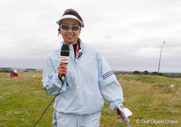 テレビ朝日のレポーターを担当する東尾理子。今大会オフィシャルスポンサー「リコー」の契約選手としても活躍している  (c)RICOH リコーデジタルカメラ Caplio GX100で撮影しました 2007年 全英リコー女子オープン 2日目 東尾理子