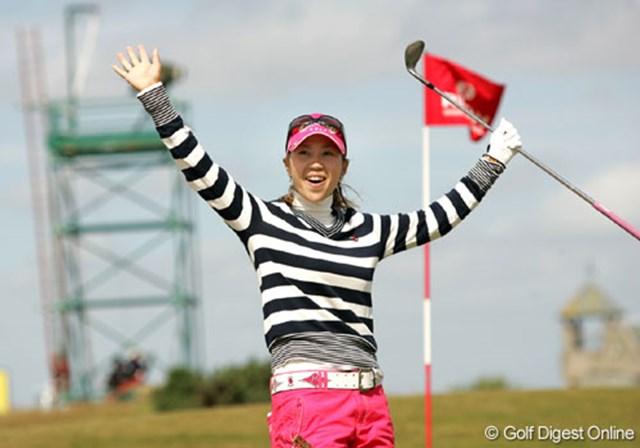 2007年 全英リコー女子オープン 3日目 上田桃子 17番パー5でチップインバーディを奪い、両手を広げてギャラリーの声援に応える上田桃子