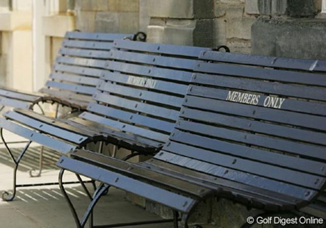 2007年 全英リコー女子オープン 3日目 ベンチ クラブハウス前に置かれたベンチ。背もたれのところを見ると「MEMBERS ONLY」の文字。ここまで格式が高いとは・・・