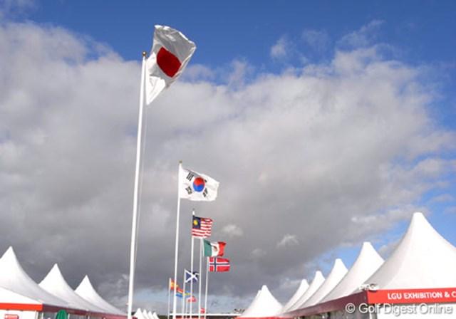 2007年 全英リコー女子オープン 3日目 強烈な風 朝から国旗が引きちぎられるような強烈な風が吹き続けた。各選手スコアメイクに苦しんだがL.オチョアは自分のゴルフを続けた (c)RICOH リコーデジタルカメラ Caplio GX100で撮影しました