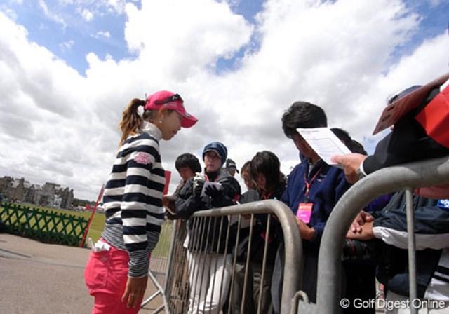 2007年 全英リコー女子オープン 3日目 上田桃子 ラウンド後、記者の囲み会見に答える上田桃子。キャップの後ろ、髪を束ねているところに挿しているのはティペグだ (c)RICOH リコーデジタルカメラ Caplio GX100で撮影しました