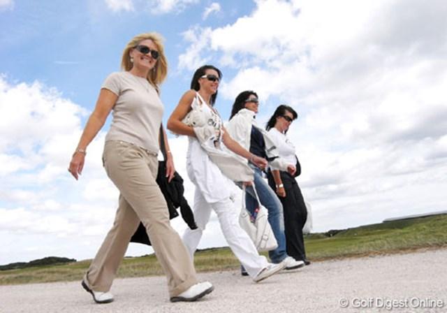 2007年 全英リコー女子オープン 3日目 女性ギャラリー 今大会、女性ギャラリーの数は非常に多い。女性だけの集団や、老夫婦などテラスでカフェを楽しんだり、ビールを飲んで観戦していた (c)RICOH リコーデジタルカメラ Caplio GX100で撮影しました