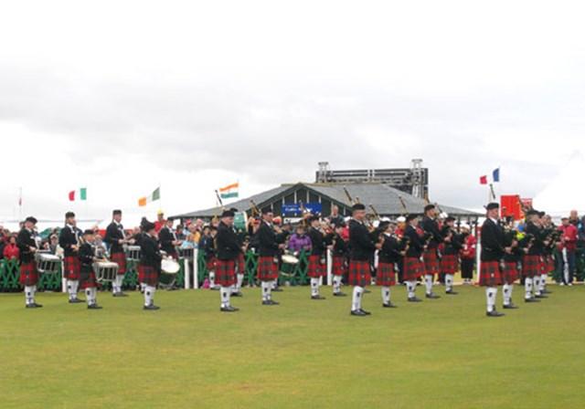 2007年 全英リコー女子オープン 最終日  表彰式の幕開けはバグパイプの演奏から始まる。総勢25名の楽団が1番ホールのフェアウェイから行進してきた (c)RICOH リコーデジタルカメラ Caplio GX100で撮影しました