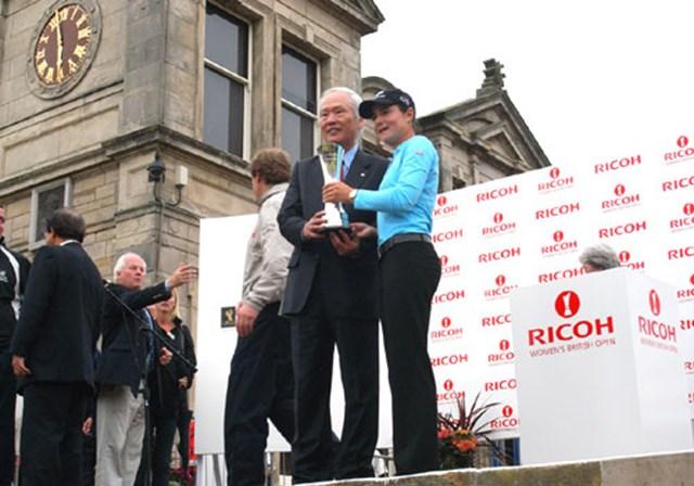 2007年 全英リコー女子オープン 最終日 ロレーナ・オチョア 表彰式でリコーを代表してスピーチを行った吉田取締役専務執行役員とロレーナ・オチョアの記念撮影 (c)RICOH リコーデジタルカメラ Caplio GX100で撮影しました