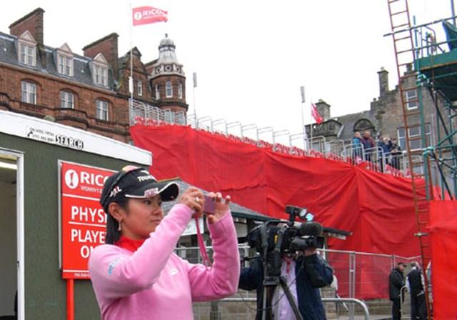 2007年 全英リコー女子オープン 最終日 宮里藍 表彰式後の優勝カップ撮影風景をスタンド側から撮影する宮里藍。メジャーの舞台で宮里がその中心に立つのはいつか!? (c)RICOH リコーデジタルカメラ Caplio GX100で撮影しました