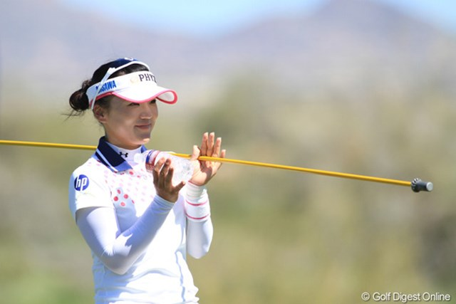 """2013年 RRドネリー LPGA ファウンダーズカップ プロアマ日 有村智恵 ルーキーアワーのプロアマ観戦中には、進んでピンフラッグを抜くなど""""新人""""として一生懸命にアマをサポートした"""