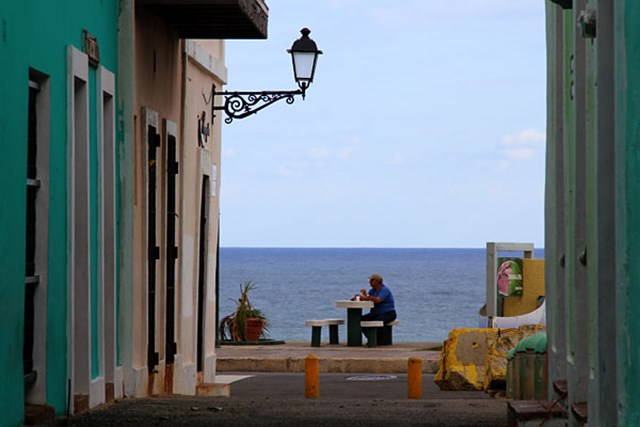 オールドサンファン/プエルトリコ 古い町並みの中に、綺麗な海が見える