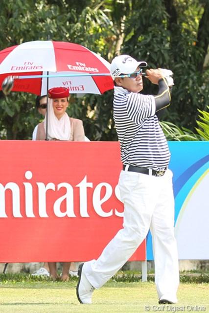 2013年 タイランドオープン 初日 プラヤド・マークセン 後方のエミレーツガールさん。選手を観ないでしっかりカメラ目線いただきました