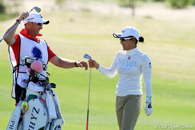 2013年 RRドネリー LPGA ファウンダーズカップ 初日 有村智恵 今週からタッグを組んだキャディ、マーク・ウォーリントンの気遣いも抜群。18番ホールではセカンドショットをピンに当ててバーディを奪った。