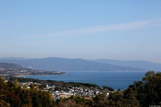 2013年 ヨコハマタイヤゴルフトーナメントPRGRレディスカップ 初日 太平洋 18番グリーンの上から見える海はブルー一色