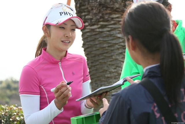 2013年 ヨコハマタイヤゴルフトーナメントPRGRレディスカップ 2日目 斉藤愛璃 ギャラリーの一人一人に笑顔でサインする愛璃ちゃん