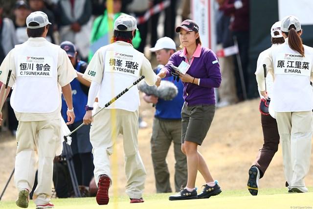 2013年 ヨコハマタイヤゴルフトーナメントPRGRレディスカップ 2日目 原江里菜 同組のキャディたちとも握手でご挨拶 7アンダー2位