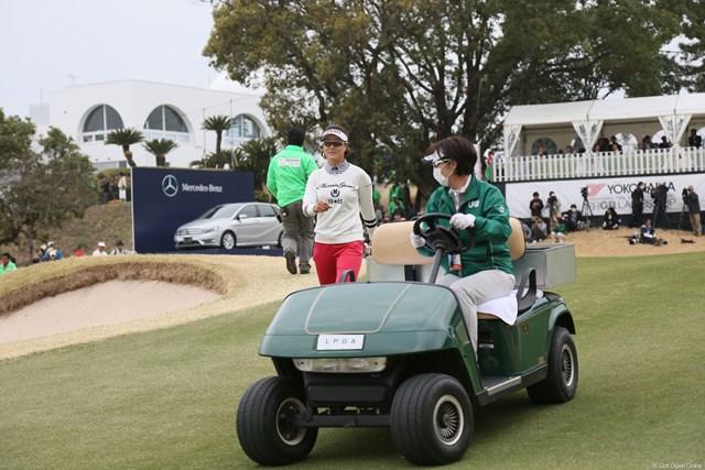 2013年 ヨコハマタイヤゴルフトーナメントPRGRレディスカップ 最終日 ジョン・ミジョン プレーオフ、競技委員の待つカートに向かう全美貞
