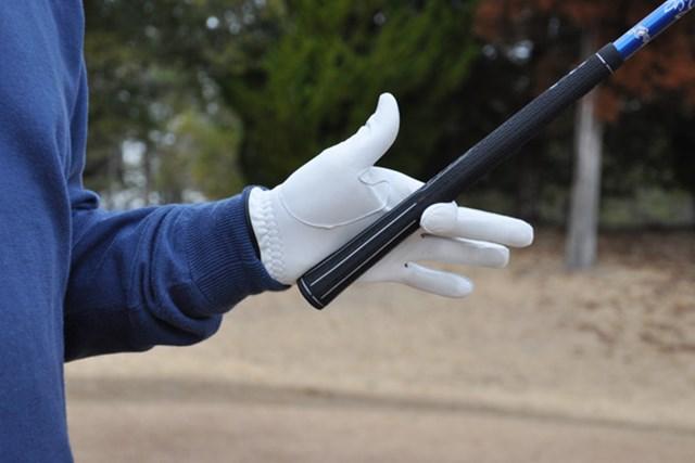 人差し指と手のひらの小指側の腹で角度をキープ