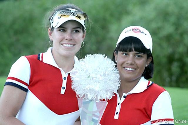 ワールドカップ女子ゴルフ最終日 初出場で初優勝を果たしたパラグアイのJ.グラナダ(右)とC.トローチェ