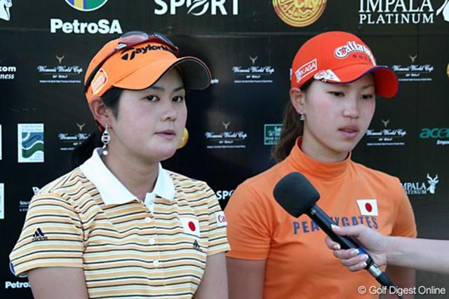 ワールドカップ女子ゴルフ1日目 ホールアウト後のテレビインタビューに答える2人。悔しさがにじむ