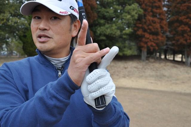 右手は中指と薬指の2本で握る