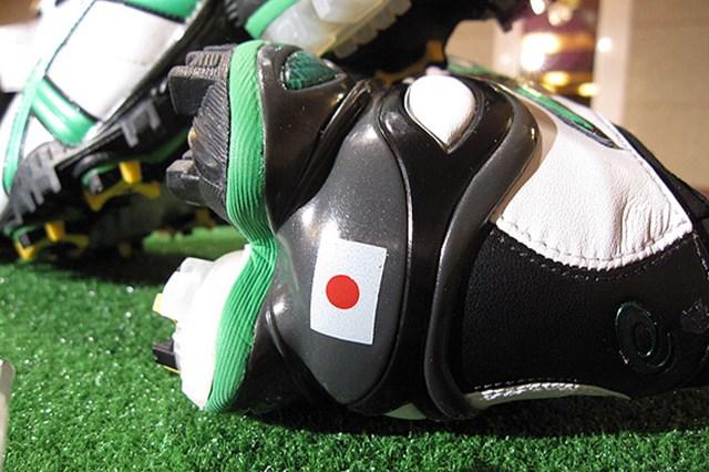 2009年 片山晋呉、新規契約発表会 マスターズ使用シューズのかかとの部分には日本の国旗が!日本を代表して世界と戦う