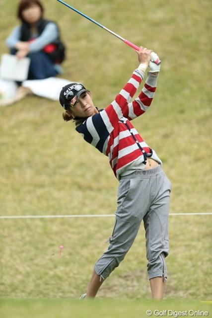 2013年 Tポイントレディスゴルフトーナメント 2日目 金田久美子 なんか今日のファッション、らしくないなぁ。しかもベルト無しだし変。