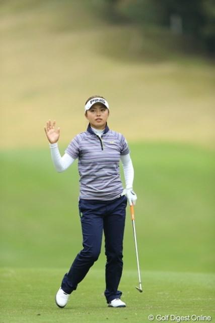 2013年 Tポイントレディスゴルフトーナメント 最終日 一ノ瀬優希 緊張してゴルフをしている気がしなかったと話した一ノ瀬。確かにファンに応えるも心ここにあらず。