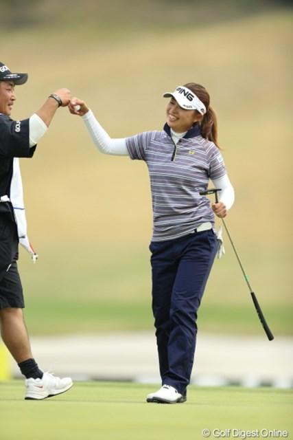 2013年 Tポイントレディスゴルフトーナメント 最終日 一ノ瀬優希 優勝を決め、この日最後のグータッチ。