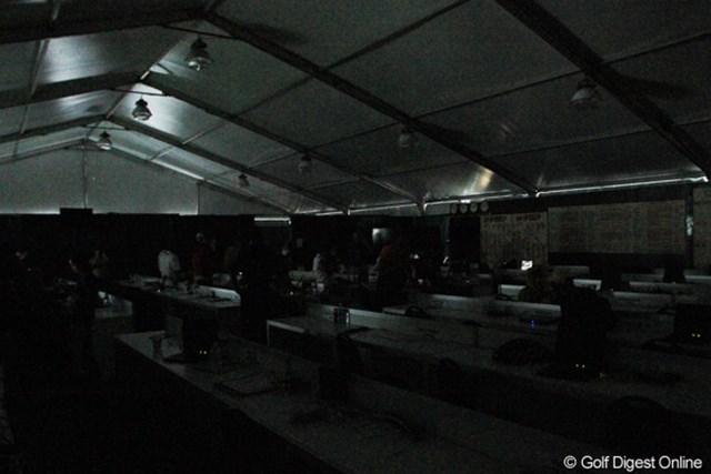2013年 アーノルド・パーマーインビテーショナル 最終日 メディアセンター テント造りのメディアセンターは強風のため避難勧告が出された。停電も発生