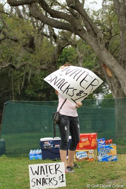 2013年 アーノルド・パーマーインビテーショナル 最終日 商売熱心 コース脇の家の人が水やスナックを打っている。「ウチのほうが安いよ~!」