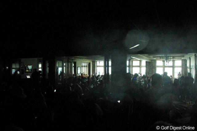 2013年 アーノルド・パーマーインビテーショナル 最終日 停電 クラブハウスに避難するも、停電のため中は真っ暗