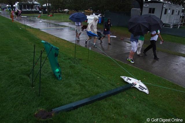 2013年 アーノルド・パーマーインビテーショナル 最終日 被害 ティグラウンド横のサインボードも倒れた