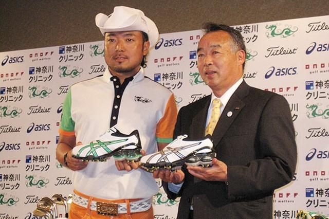 2009年 片山晋呉、新規契約発表会 アシックスの池崎俊郎氏とシューズを持っての記念撮影
