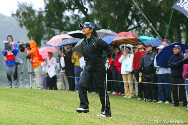 ダイキンオーキッドレディスゴルフトーナメント2日目 降りしきる雨の中でも表情にゆとりが感じられる宮里藍