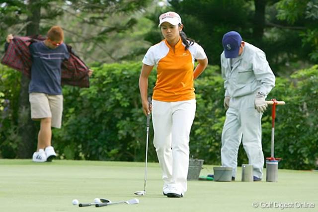 ダイキンオーキッドレディスゴルフトーナメント事前 クラブを2本並べ、ショートパットを入念にチェックする宮里藍