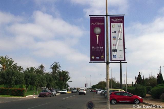 大会フラッグが街の至る所に掲げられているアガディール市内