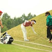 3番ホール、大山さんのティショットは右の山へ。ロープに引っ掛ったボールは、ロープを上げるとコロコロコロ・・・。みなさん、この時の処置の方法知ってます?ゴルフのルールって難しい・・・。 2013年 アクサレディスゴルフトーナメント in MIYAZAKI 最終日 大山志保