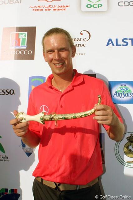 2013年 ハッサンIIゴルフトロフィー 最終日 マルセル・シーム 今大会は優勝カップではなく、勝者には短剣が贈られる